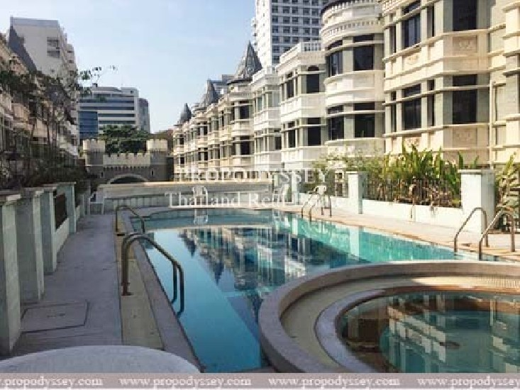 Corner unit townhouse in the compound for sale on Sukhumvit 31 (Promphong)