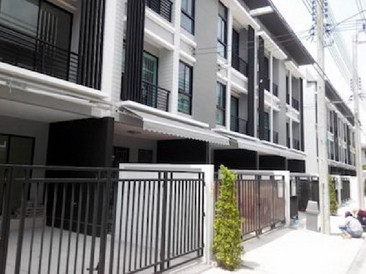 FOR RENT (สำหรับเช่า) TOWNHOUSE IN RAMKHAMHAENG 3 STOREY / 3 beds 3 baths / 20 Sqw.**35,00