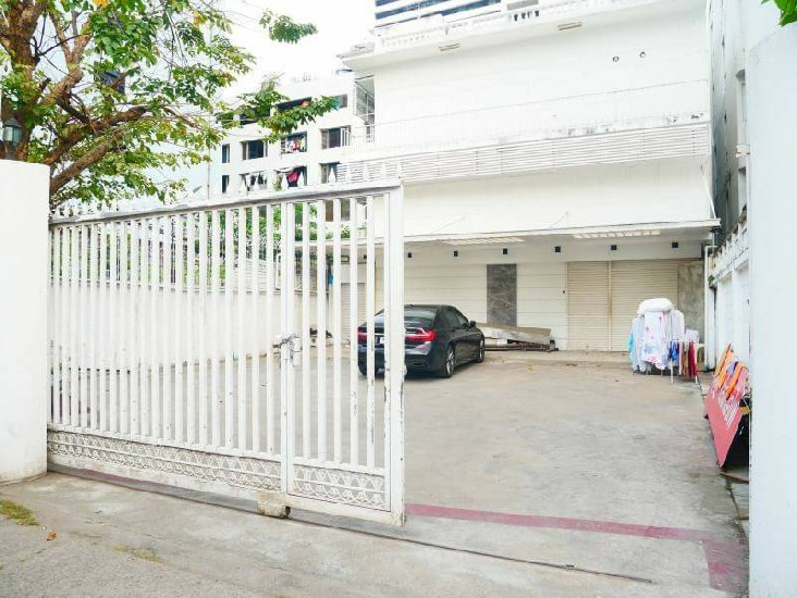 Office Spaces For Rent at Silom BTS Saladang is Distance 5 Mins Walking  Building is 4 Sto